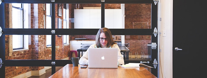Etudiant sur un bureau