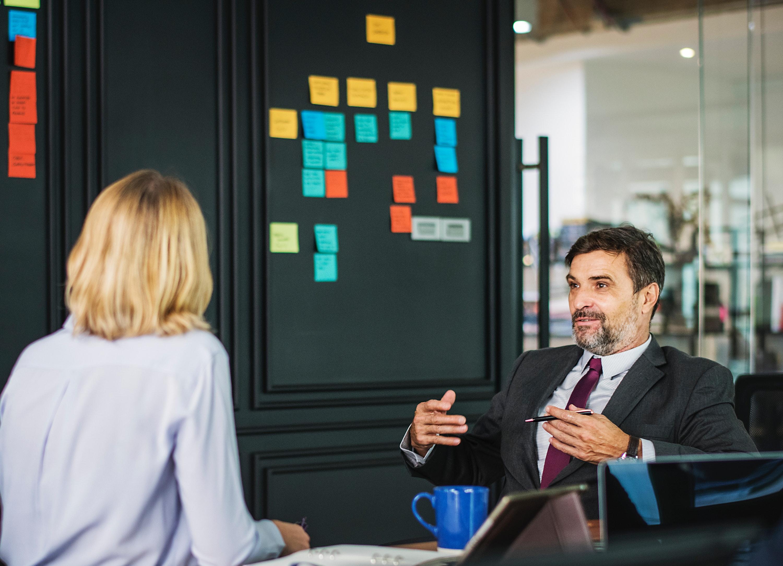 femme en train de coacher un dirigeant d'entreprise