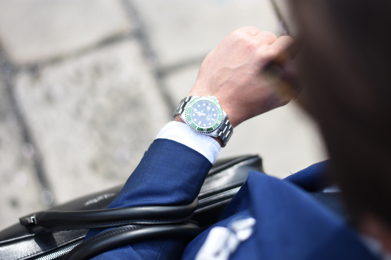 Homme en train de regarder sa montre